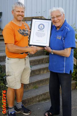 Erik Berger får motta diplomet från Guinness Rekordbok från presschefen Bengt-Åce Gustavsson. På diplomet står det att Erik är världens äldste aktive racerförare.