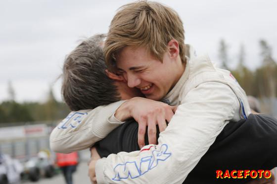 Formula Basicvinnaren Lars Solheim får en bamsekram av sin far Geir.